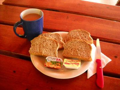 Einfaches frühstücksgedeck